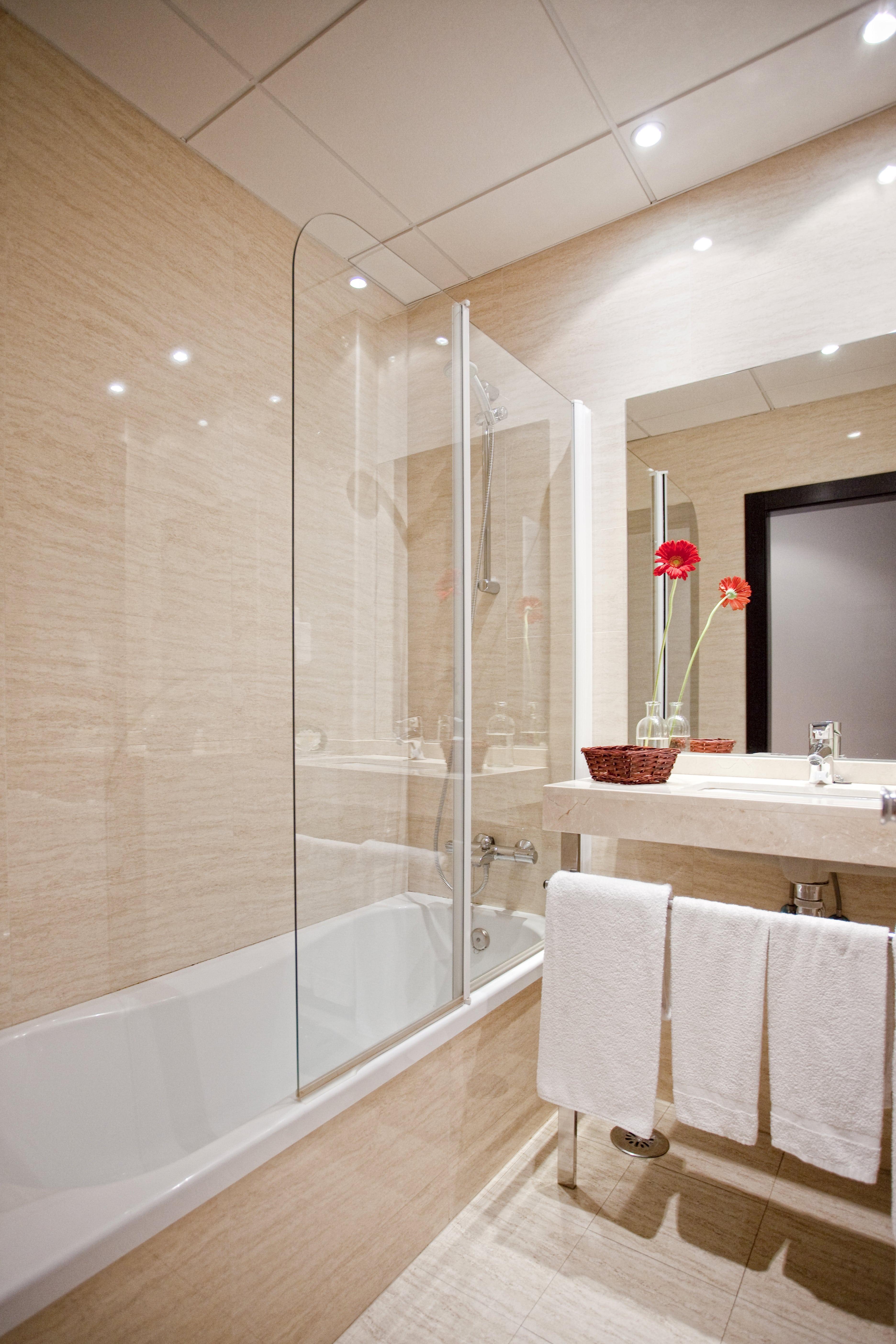 habitación doble hotel cortijo chico baño