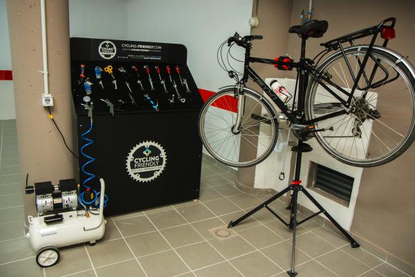 Imagen que contiene bicicletas, herramientas, en un garaje