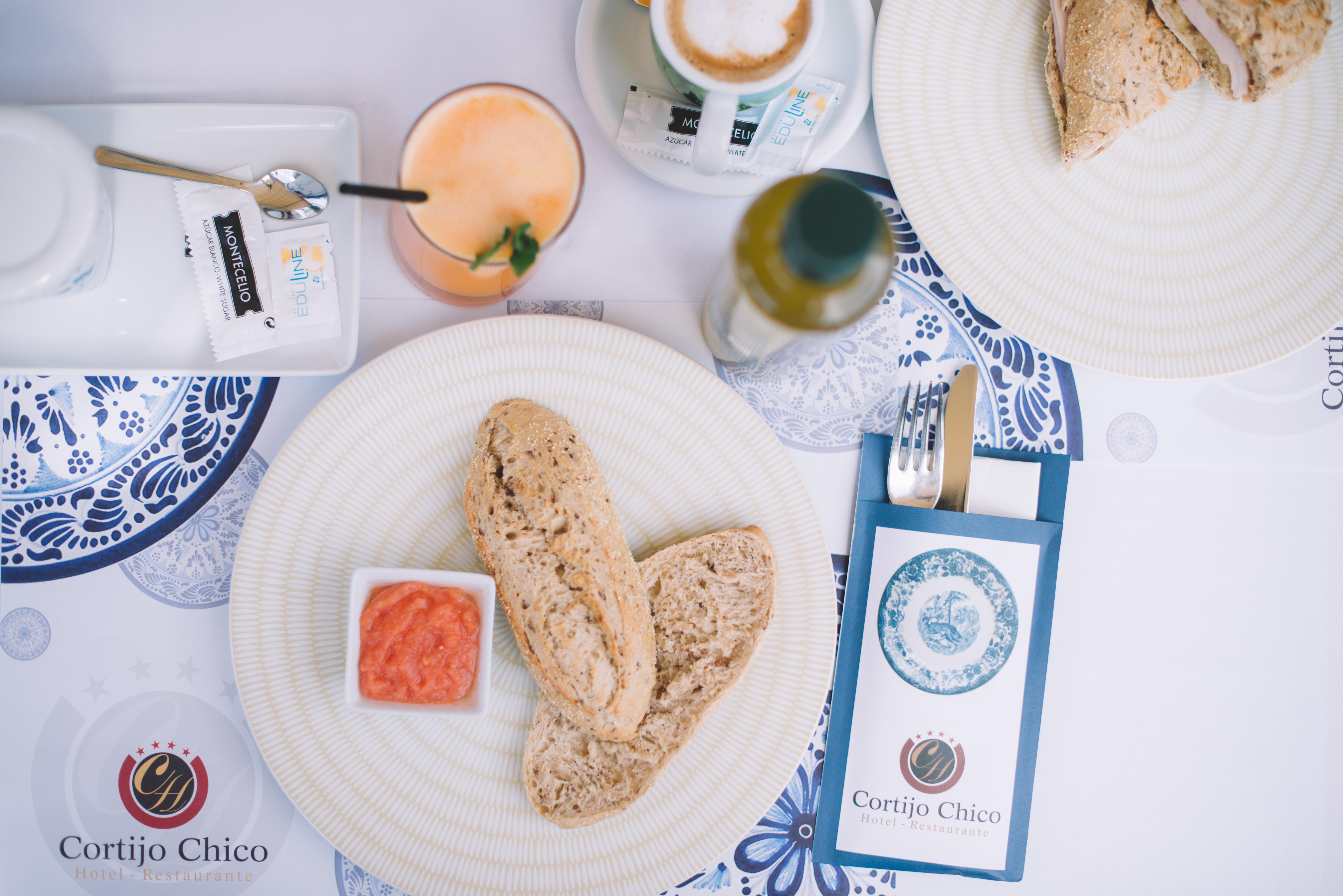 pan integral, tomate, aceite, desayuno andaluz