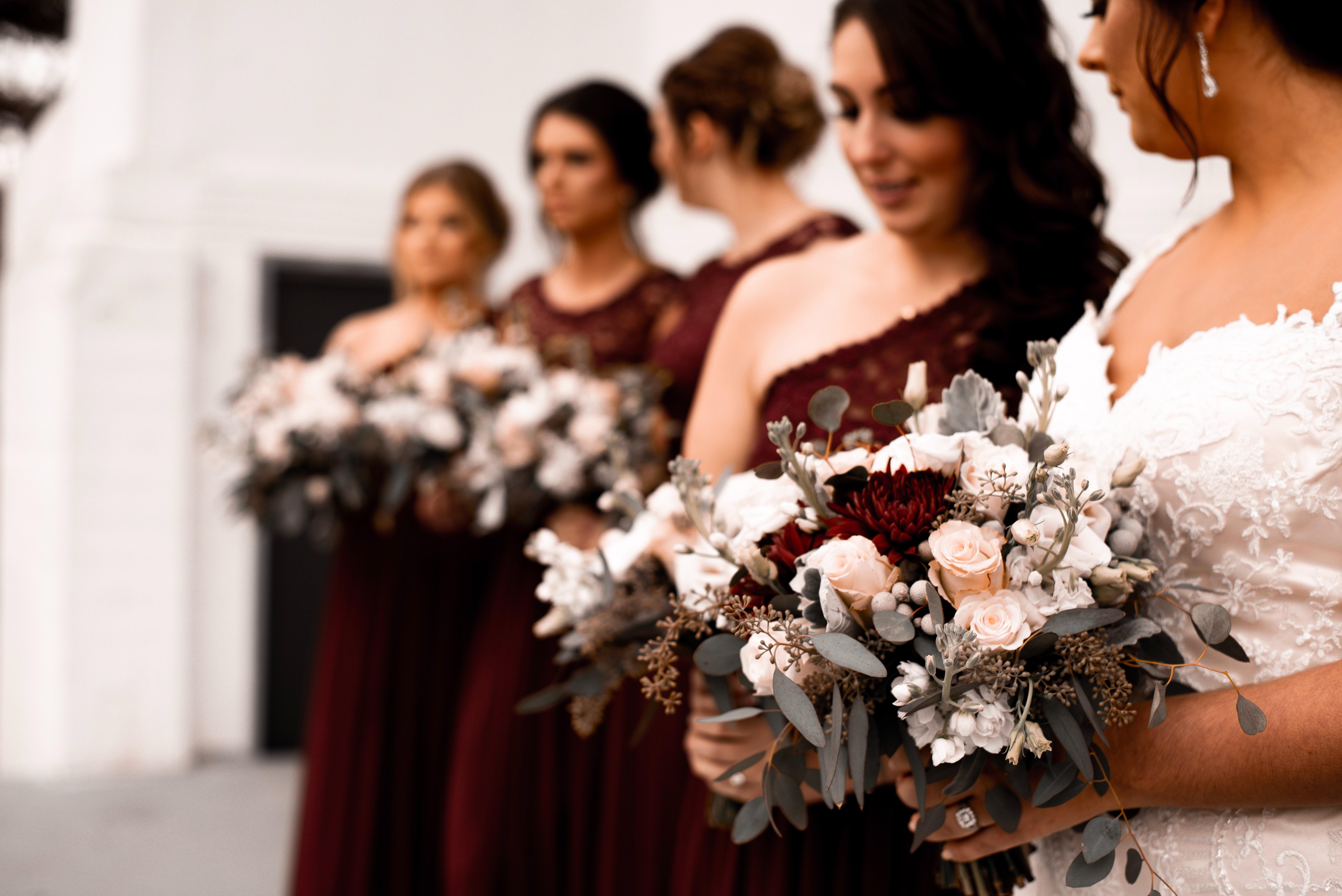 Imagen que contiene, ramo, personas, vestido de boda