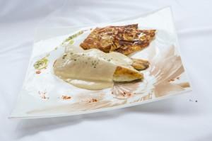 59-Lomo-de-Dorada-en-Salsa-de-Piquillos-con-Tortitas-de-Verdura