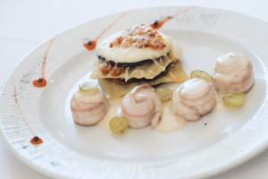 61-Popietas-de-lenguado-en-salsa-de-sidra-y-uva-con-milhoja-de-berenjenas